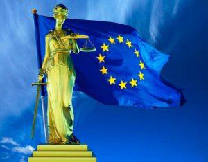 Фемида на фоне флага ЕС